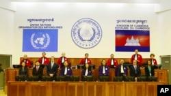 Mahkamah dukungan PBB menjatuhkan vonis terhadap dua pemimpin Khmer Merah.