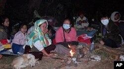 Người sắc tộc Karen tại trại tị nạn Ban Mae Surin sau khi nhà cửa của họ bị đốt cháy vào tháng Ba năm ngoái ở tỉnh Mae Hong Son, miền bắc Thái Lan.