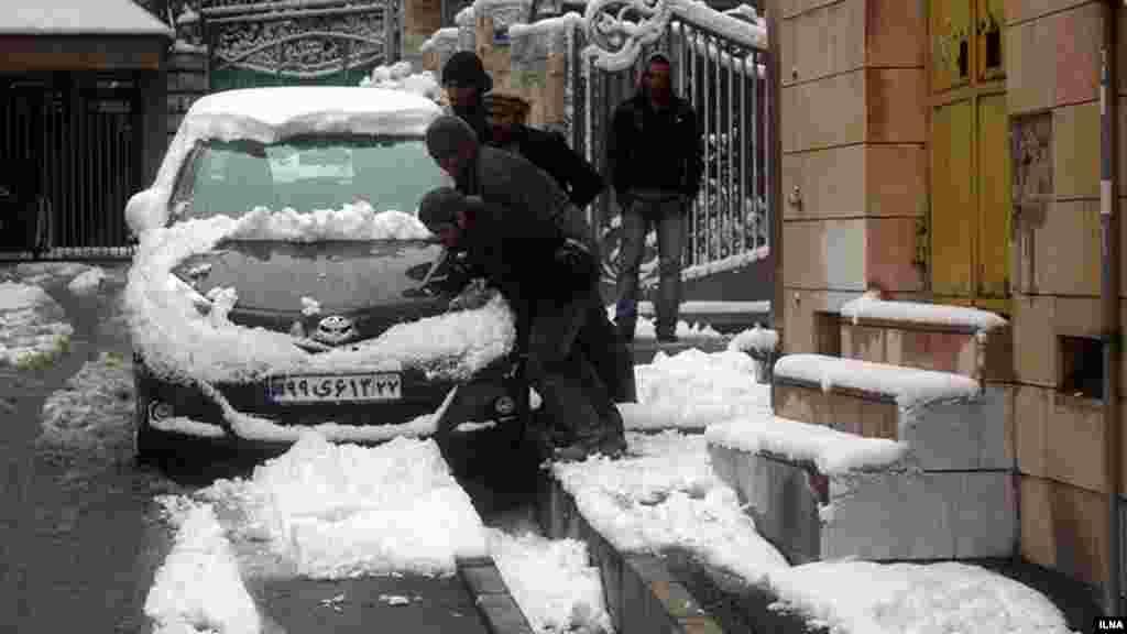 این روزها بارش برف پاییزی در تهران و شهرستانها ، برخی مردم را گرفتار کرده است. عکس: ایلنا