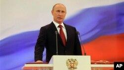 普京將手放在憲法上宣誓就職