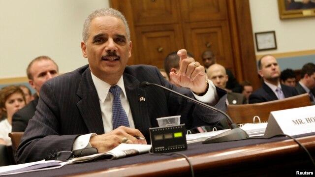 Jaksa Agung Amerika Eric Holder menjawab pertanyaan dari para anggota Komisi Kehakiman DPR AS di Washington, hari Rabu (15/5).