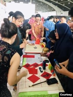 Henoch Pradana memperkenalkan bahasa Mandarin dalam sebuah pameran pendidikan. (Foto: Courtesy/Dokumentasi Pribadi)