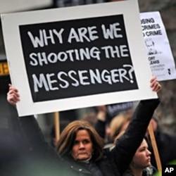 倫敦法庭外支持阿桑奇的示威者