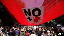 Người tuần hành cầm cờ, khẩu hiệu chống bạo lực băng đảng ở Mexico City, ngày 8/5/2011