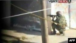 Pripadnik sirijskih snaga bezbednosti u akciji protiv opozicionih aktivista u Homsu