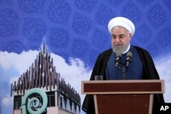 하산 로하니 이란 대통령이 5일 테헤란 서부 파디스 테크 파크의 아자디 혁신 공장 준공식에 참석해 연설하고 있다.