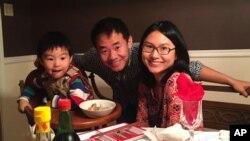 «زی یو وانگ»، دانشجوی مقطع دکترا در دانشگاه پرینستون آمریکا به همراه همسر و پسرش.