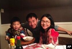 وانگ در کنار همسر و فرزندش.