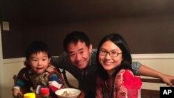 آقای وانگ در کنار اعضای خانواده اش
