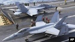 Máy bay chiến đấu FA-18 chuẩn bị cất cánh trên tàu sân bay USS George Washington ở ngoài khơi Thái Bình Dương gần đảo Minamidaito, tỉnh Okinawa, miền nam Nhật Bản