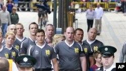 런던 올림픽 성화 봉송 주자들을 호위하는 경비 요원.