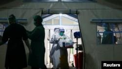 Perawat bersiap membantu pasien COVID-19 di tenda darurat sebuah rumah sakit di Jakarta, 24 Juni 2021. (Foto: REUTERS/Ajeng Dinar Ulfiana)