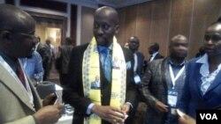 UMnu. Terrence Mukupe ukhuluma labanye osomabhizimusi kwele South Africa.