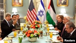 Menlu AS John Kerry (kanan) menjamu menteri Kehakiman Israel Tzipi Livni (tiga dari kanan) dan kepala perunding Palestina Saeb Erekat (dua dari kanan) di Kantor Deplu AS di Washington (29/7).