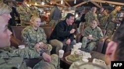 Thủ tướng Anh David Cameron gặp gỡ các binh sĩ Anh tại sân bay Kandahar, 20/12/2011