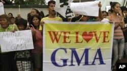 ພວກສະໜັບສະໜຸນ ອະດີດປະທານາທິບໍດີ Gloria Macapagal Arroyo ໂຮມຊຸມນຸມປະທ້ວງ ຢູ່ນອກໂຮງໝໍ ບ່ອນທີ່ທ່ານນາງ ຖືກຕຳຫຼວດຄວບຄຸມຕົວໄວ້ ໃນນະຄອນຫຼວງມະນີລາ (4 ຕຸລາ 2012)