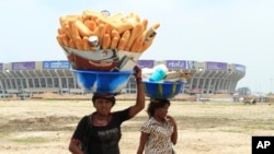 Une femme vendeuse de pain à Kinshasa en RDC le 12 octobre 2012.
