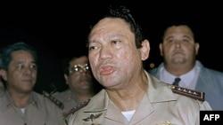 Ông Manuel Noriega nói chuyện với báo chí ở Panama, năm 1989 (hình lưu trữ)
