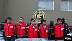Cinco sospechosos presuntamente del cártel de Los Zetas ya fueron detenidos por la policía y presentados a la prensa.