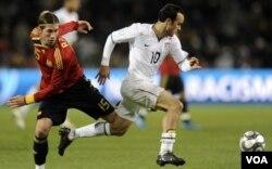 Landon Donovan dari tim AS (kaos putih) saat melawan Spanyol di semifinal Piala Konfederasi 2009.