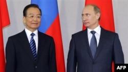 Премьер-министр РФ Владимир Путин (справа) и премьер Госсовета КНР Вэнь Цзябао. Санкт-Петербург. Россия. 23 ноября 2010 года