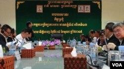 រដ្ឋាភិបាលកម្ពុជាសម្រេចផ្ដល់ប្រាក់ខែអប្បបរិមាចំនួន១៤០ដុល្លារជូនដល់កម្មកររោងចក្រឧស្សាហកម្មកាត់ដេរនិងស្បែកជើងនៅឆ្នាំ២០១៦នេះ បន្ទាប់ពីមានកិច្ចចរចា រវាងសហជីពតំណាងរោងចក្រឧស្សាហកម្មកាត់ដេរ និងក្រុមជំនាញនៃក្រសួងការងារអស់រយៈពេលជាច្រើនថ្ងៃ កាលពីថ្ងៃព្រហស្បតិ៍ ទី៨ ខែតុលា ឆ្នាំ២០១៥។ (ឡេង ឡែន/VOA Khmer