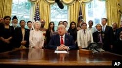 도널드 트럼프 미국 대통령이 17일 백악관에서 탈북민 등 세계 각국의 종교박해 생존자들을 면담했다. 왼쪽에서 다섯번째가 탈북민 주일룡 씨.