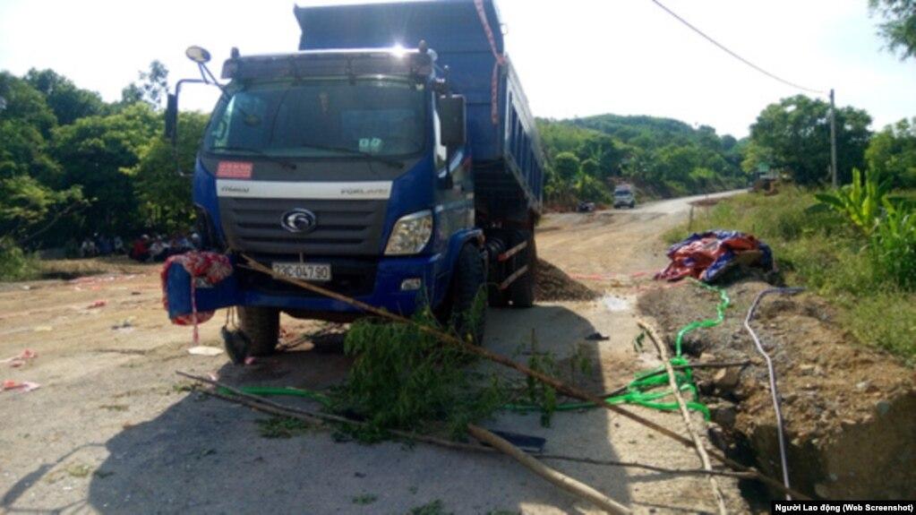 """Hiện trường nơi xảy ra vụ tai nạn mà trong đó nạn nhân được nói là """"bị xe ben cán chết"""" vì can ngăn cha mẹ phản đối làm đường, tại huyện Quảng Trạch, tỉnh Quảng Bình, ngày 13 tháng 7, 2017 (Hình: Người Lao Động)"""