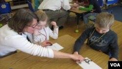 Lisa Purcell en medio de un taller de ciencias para niños de primero en la escuela primaria Barstow Memorial en Chittenden, Vermont.