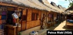 Deretan rumah adat Dusun Sasak Sade di Lombok Tengah yang biasa disebut bale tani atau bale gunung merate, masih dipertahankan hingga sekarang (Foto:VOA/ Petrus Riski).