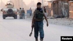 Cảnh sát Afghanistan đến hiện trường vụ tấn công ở thành phố Jalalabad, 30/8/2014.