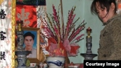 Gia đình trước bàn thờ ông Ngô Thanh Kiều, nạn nhân vụ án công an dùng nhục hình đánh chết dân ở Phú Yên.