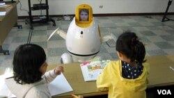 Siswa SD Hagjeong di Daegu belajar bahasa Inggris dari robot Engkey, buatan ahli robotik Korea.