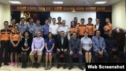 Các giảng viên của Trung tâm Tác chiến Thông tin Hải quân Hoa Kỳ vùng Thái Bình Dương (NIWC Pacific) đã tiến hành khoá tập huấn nâng cao về hệ thống SeaVision cho 16 học viên đến từ các cơ quan hàng hải khác nhau của Việt Nam. Photo Facebook US Embassy Vietnam.