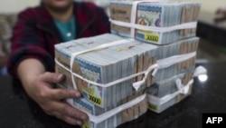 ရန္ကုန္က ဘဏ္တခုမွာ ေတြ႔ရတဲ့ ပိုက္ဆံမ်ား။ (စက္တင္ဘာ ၀၁၊ ၂၀၁၆)