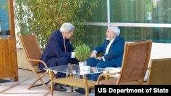 عکس آرشیوی دیدار جان کری وزیر خارجه آمریکا (چپ) و محمدجواد ظریف همتای ایرانی او در ژنو - ۹ خرداد ۱۳۹۴