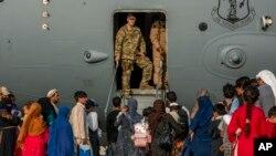 با وجودیکه امریکا نزدیک به ۱۲۵ هزار نفر را از افغانستان تخلیه کرده است، ده ها هزار افغان های آسیب پذیر هنوز هم در افغانستان به سر می برند