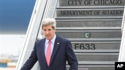 존 케리 미 국무장관이 15일 시카고를 방문하고 지난해 아프가니스탄에서 순직한 외교관의 유가족을 위로했다. 시카고 공항에 도착한 케리 장관.
