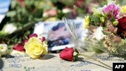 Thân nhân các nạn nhân của các vụ khủng bố ngày 11 tháng 9 ghi cảm tưởng và đặt hoa quanh bờ hồ ở Ground Zero