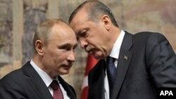 Turkiya rahbari Rajab Toyib Erdog'an (o'ngda) Rossiya Prezidenti Vladimir Putin bilan, Istanbul, Turkiya, 3-dekabr, 2012-yil.