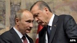 PM Turki Recep Tayyip Erdogan (kanan) dan Presiden Rusia Vladimir Putin berbicara dalam konferensi pers bersama di Istanbul, Senin (3/12).