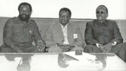 Jonas Savimbi (esq), Agostinho Neto (cen) e Holden Roberto (dir)