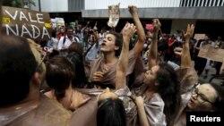 Các nhà hoạt động môi trường hô khẩu hiệu trong một cuộc biểu tình trước trụ sở công ty khai thác mỏ Vale SA của Brazil tại trung tâm thành phố Rio de Janeiro, ngày 16 tháng 11 năm 2015.