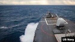 នាវាចម្បាំង USS John S. McCain ធ្វើដំណើរកាត់តំបន់ប្រជុំកោះ Sprattlys កាលពីថ្ងៃទី២២ ខែធ្នូ ឆ្នាំ២០២០។