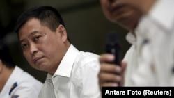 Mantan Menteri Perhubungan Ignasius Jonan dalam sebuah konferensi pers di Jakarta mengenai Trigana Air yang hilang. (Foto: Dok)