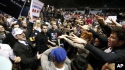 川普支持者和反對者互相謾罵
