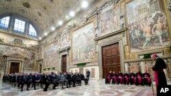 梵蒂冈外长帕洛林在梵蒂冈会见教廷的外交人员. 2013年12月13日