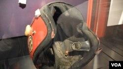 六四死難者王楠遇難時所戴的單車頭盔,子彈從王楠左上額射入,左耳後穿出,頭盔上可見子彈孔。(美國之音湯惠芸拍攝)