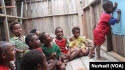 Anak-anak Pegunungan Bintang yang berbatasan dengan Kabupaten Asmat di Papua sedang belajar. (Foto ilustrasi: VOA/Nurhadi)