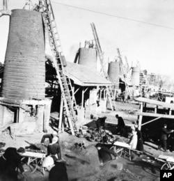 歷史照片:河南省新鄉七里營人民公社的男女社員用小高爐土法煉鋼。 (1959年2月14日)